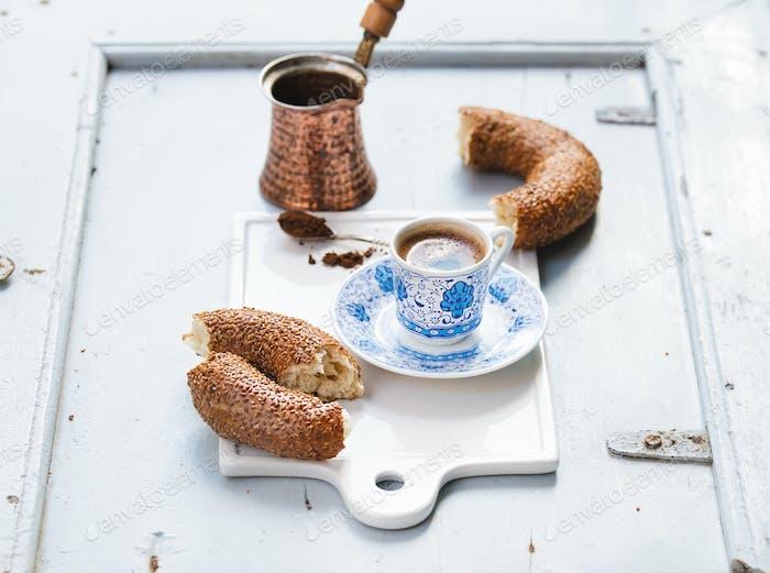 Türkischer schwarzer Kaffee serviert in traditioneller Keramiktasse