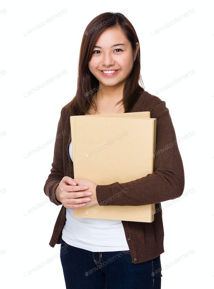 Mujer sostener con carpeta