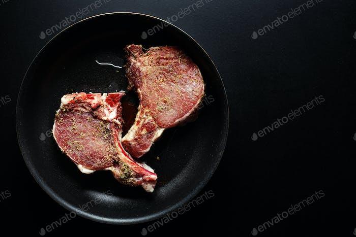Rohes Fleisch Schweinefleisch mit Gewürzen auf der Pfanne