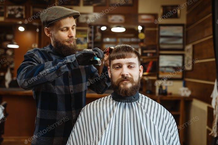 Friseur mit Kamm und Schere macht einen Haarschnitt