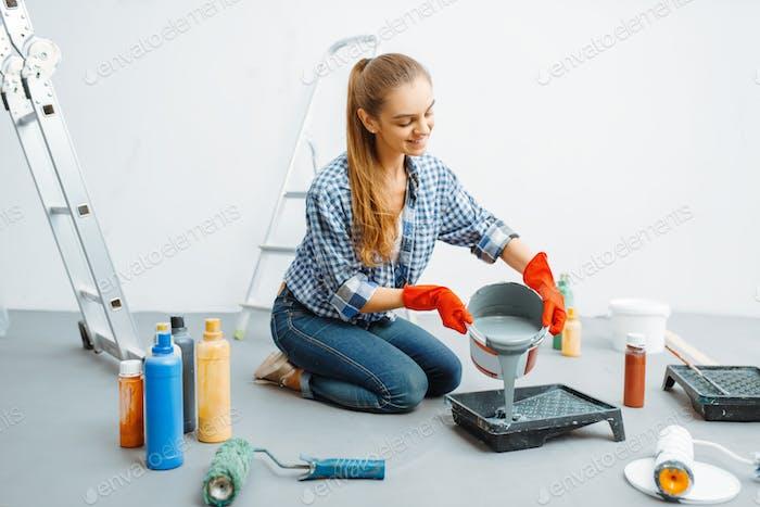 Weibliche Hausmalerin bereitet sich auf die Arbeit vor