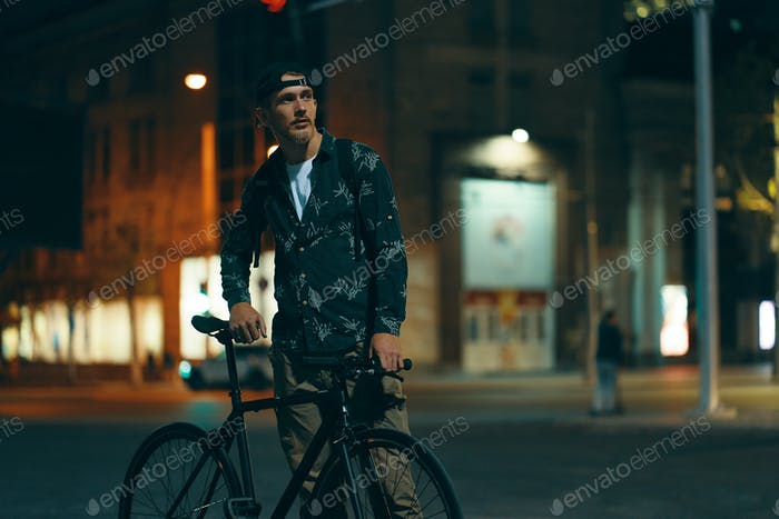 Radfahrer stehen auf der Straße beiseite sein klassisches Fahrrad während beobachten