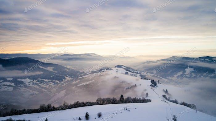 Schöne bezaubernde Aussicht auf Berge und Felsen