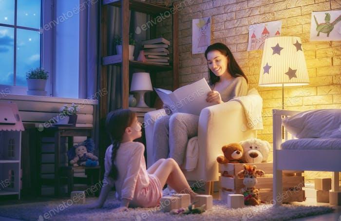 Familie liest Schlafenszeit.