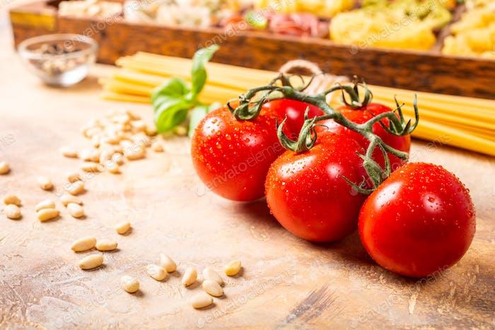 Свежие помидоры для домашнего классического итальянского макаронных соусов