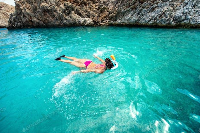 Nahaufnahme der Frau Schwimmen im klaren Meerwasser, genießen Schnorcheln