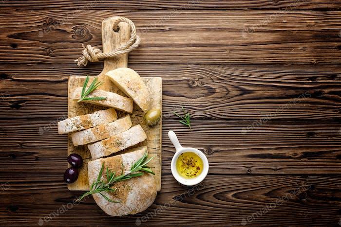 Köstliches hausgemachtes italienisches Ciabatta Brot mit Olivenöl und Oliven