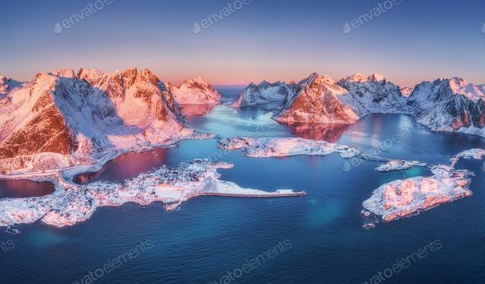 Luftaufnahme von Reine und Hamnoy bei Sonnenaufgang im Winter