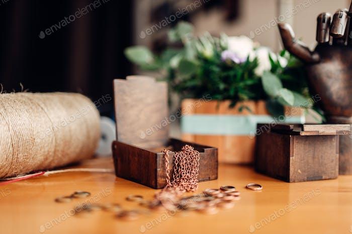 Handarbeit, Metallringe und Holzkiste auf dem Tisch