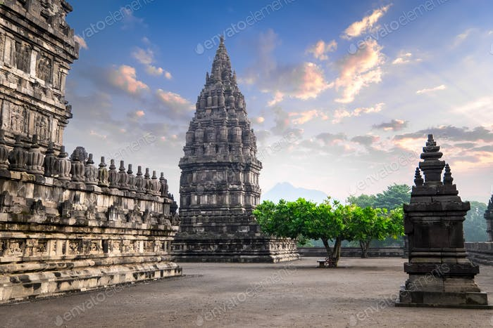 Erstaunlicher Prambanan Tempel gegen Sonnenaufgang Himmel. Indonesien