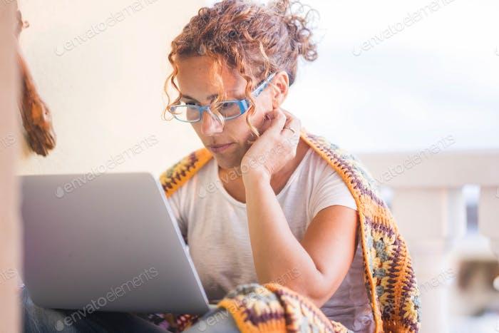 schöne mittlere Alter Frau Studie am Laptop