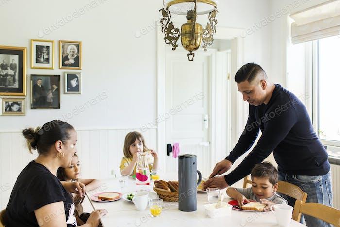 Взрослые и дети (2-3, 6-7) в столовой