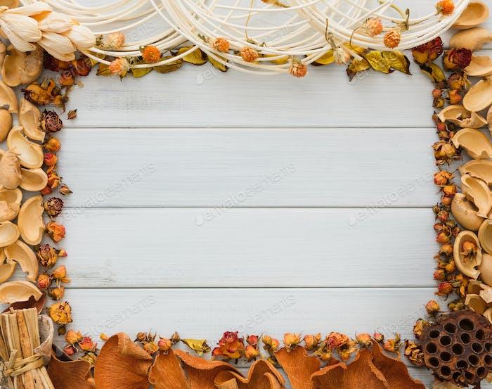 Herbst Dekoration handgefertigten Rahmen auf weißem Holz Hintergrund Kopie Raum
