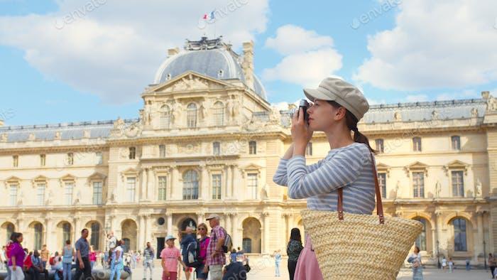 Junge Tourist mit einer Retro-Kamera in Paris