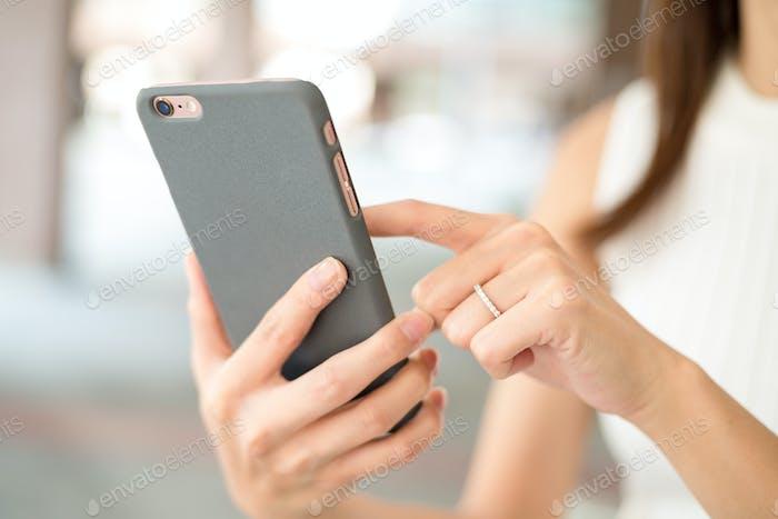 Mujer enviando mensajes de texto por teléfono