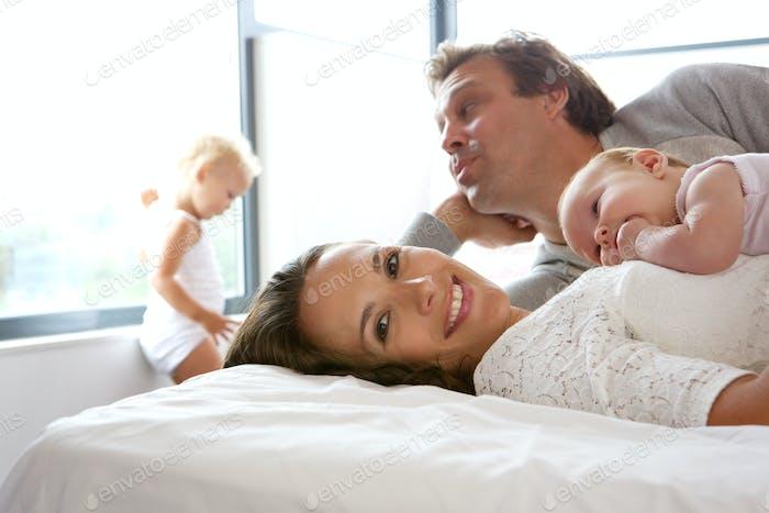 Glückliche Familie mit Mutter halten Baby