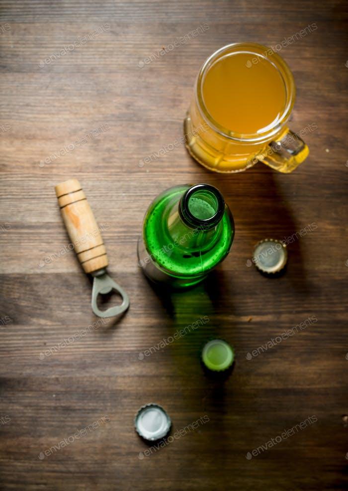 Bier in einem Glaskrug und einer Flasche.