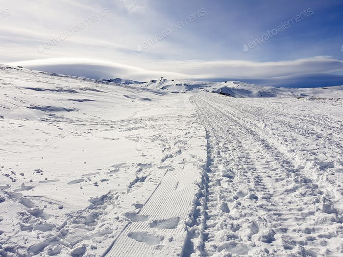 Estación de esquí de Sierra Nevada en invierno, llena de Nieve