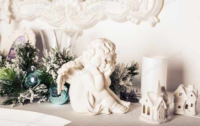 Weihnachtsengel Figur auf weißem Tisch