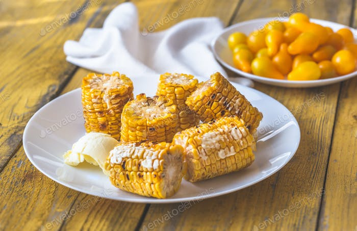 Gegrillter Mais auf dem Teller