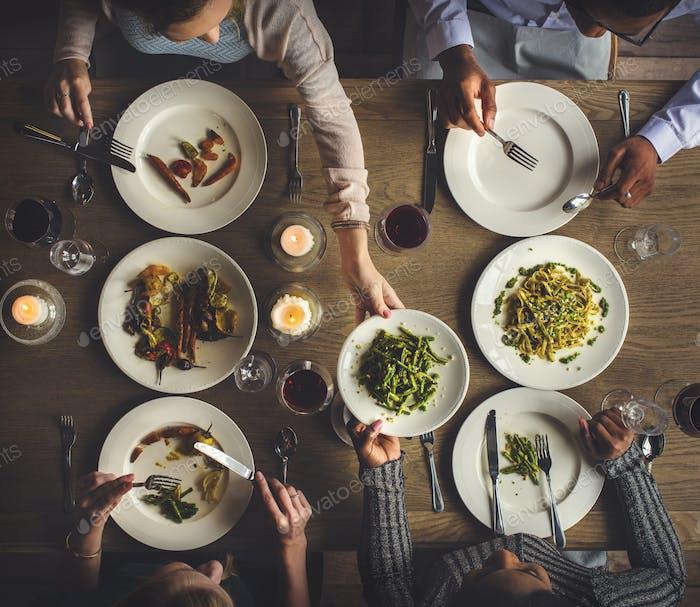 Freunde Sammeln Essen zusammen Glück