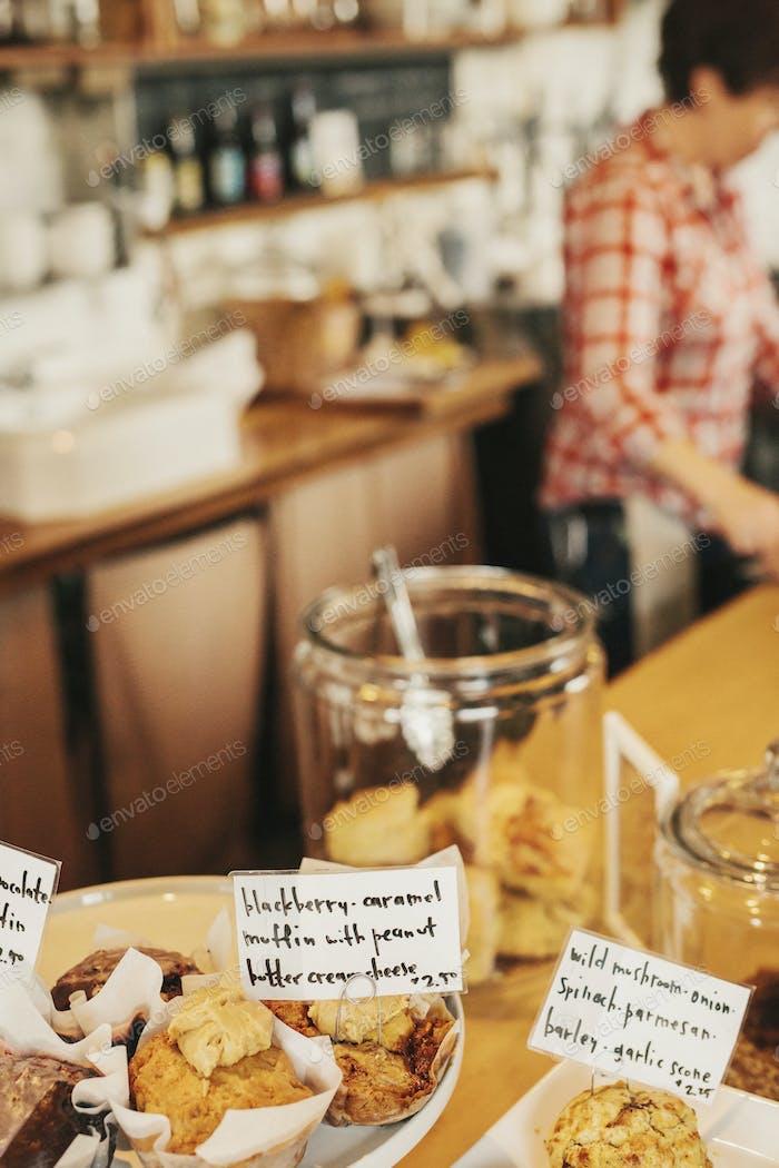Frisch zubereitete Speisen auf der Theke eines kleinen Cafés und Restaurants. Handgeschriebene Etiketten auf
