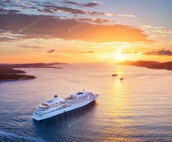 Blick auf Kreuzfahrtschiff während Sonnenuntergang auf Kroatien. Blick aus der Luft