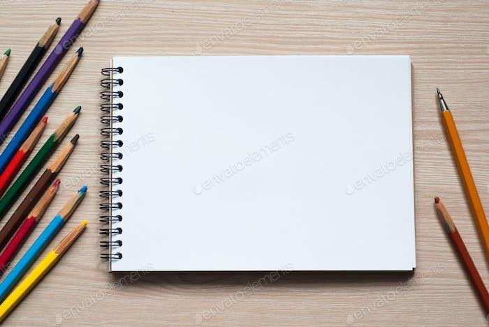 Zeichenwerkzeuge auf einem Schreibtisch