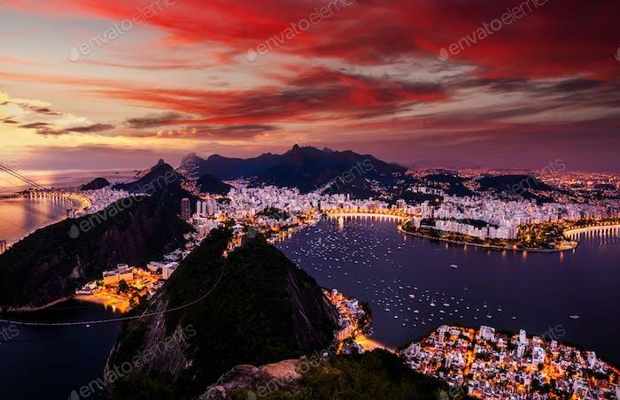 Schönes Panorama von Rio de Janeiro in der Dämmerung, Brasilien. Zuckerhut