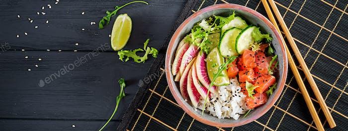 Hawaiian Lachs Fisch Poke Bowl mit Reis, Gurke, Rettich, Sesa