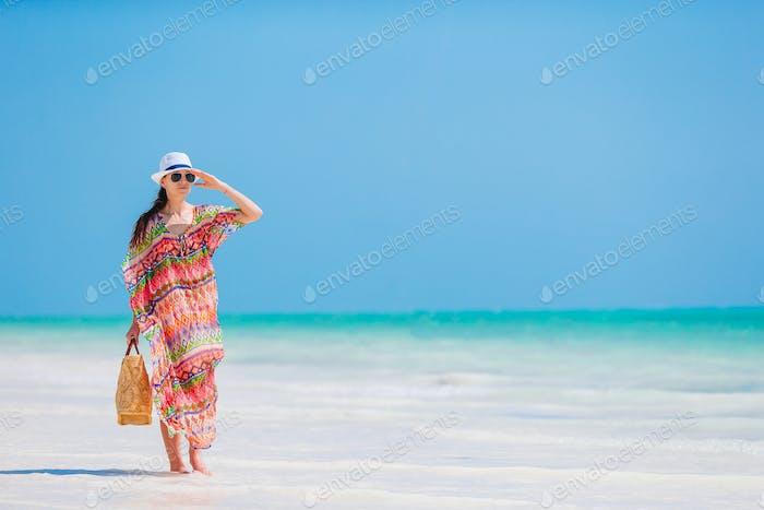 Молодая женщина моды в платье на пляже