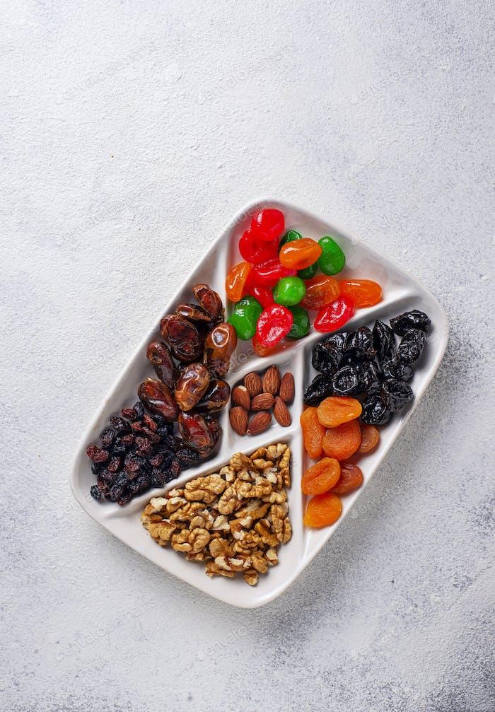Mischung aus getrockneten Früchten und Nüssen in Platte