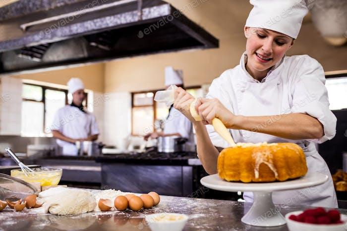 Mujer inero en la Cocina del hotel