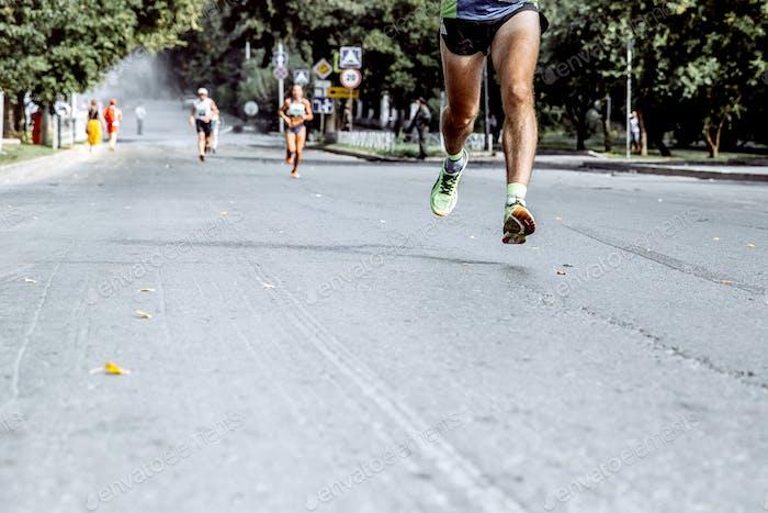 Füße Männer Laufen auf Asphalt Straße