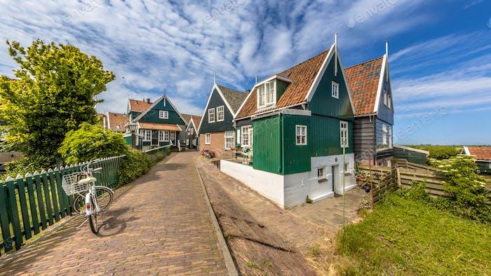 Charakteristische niederländische Dorfszene mit bunten Holzhäusern