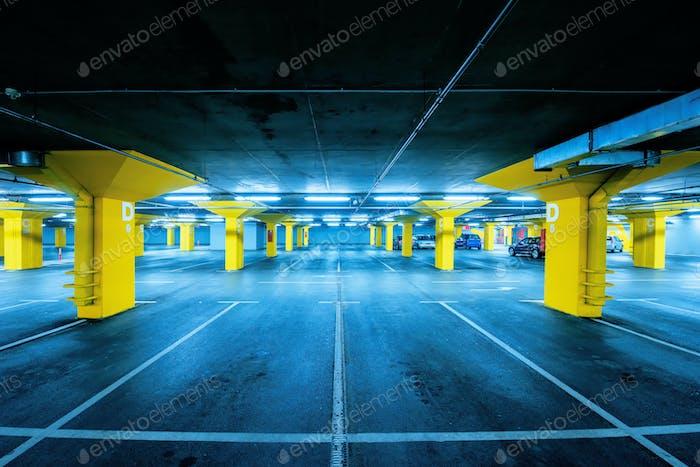 Tiefgaragenparkplatz mit wenigen Autos und leeren Stellplätzen