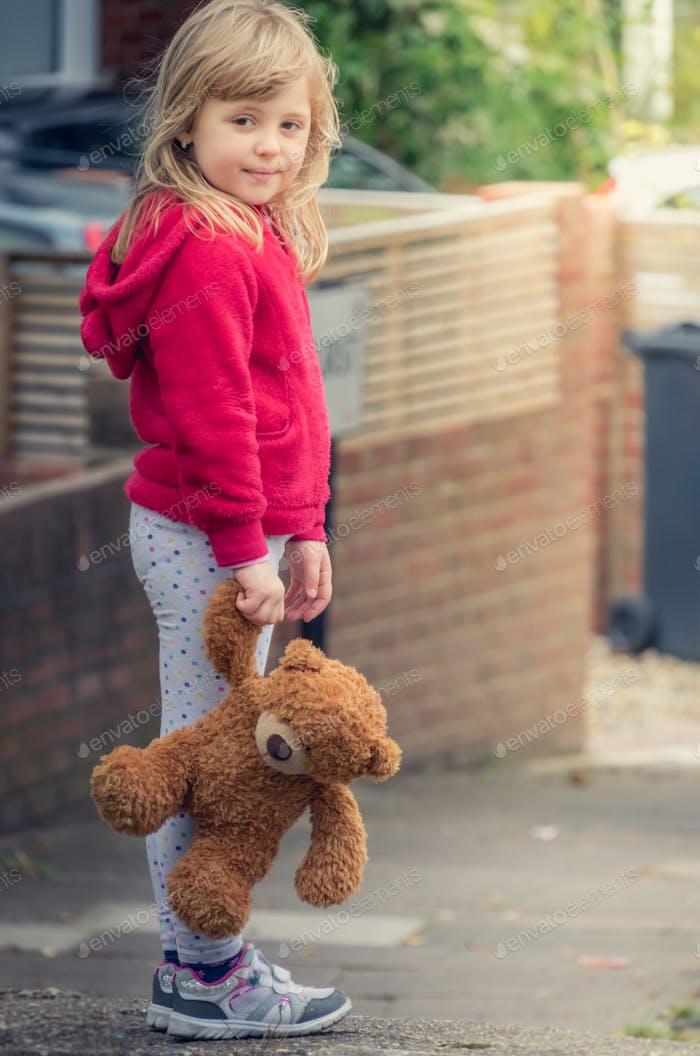 Liebenswert Mädchen halten Teddybär
