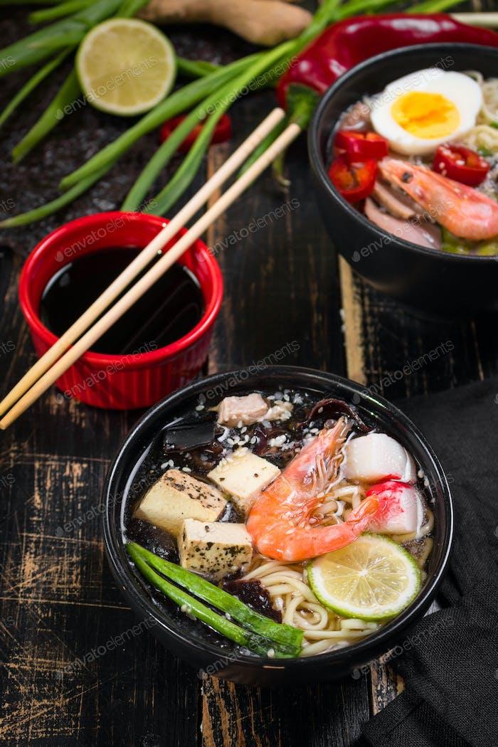 Tisch serviert mit asiatischer Nudelsuppe