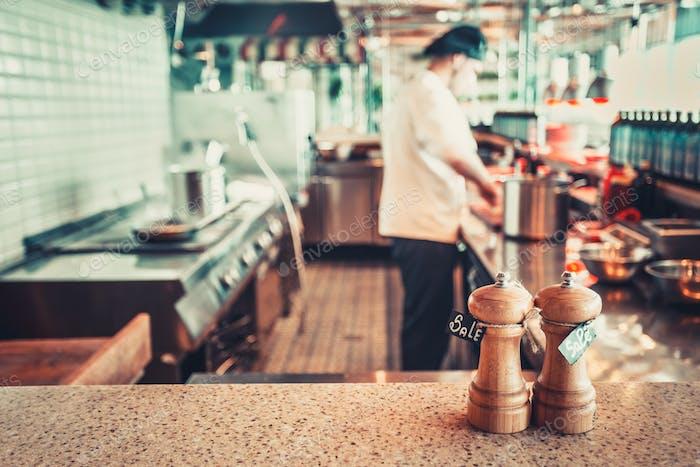 Restaurant-Interieur mit Salz und Pfeffer