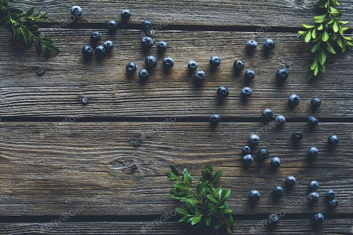 Blueberry auf Holztischhintergrund. Heidelbeeren nah dran. Gesunde Ernährung, Gesundheit