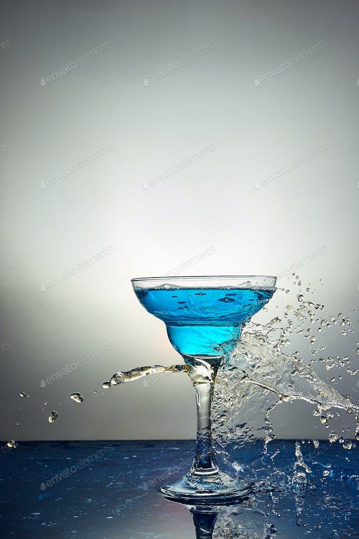 Glas mit blauem Champagner oder Cocktail. Schweben