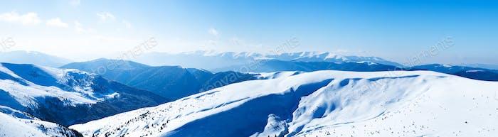 Panoramablick auf die schneebedeckten Berge