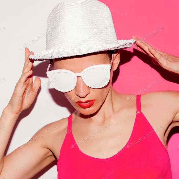 Beach Accessories Minimal Hut und Brille Start Urlaub
