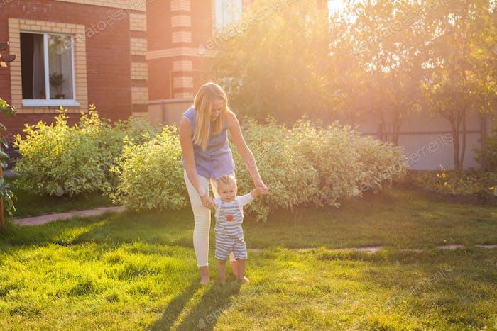 erste Schritte des kleinen Jungen im Sommerpark