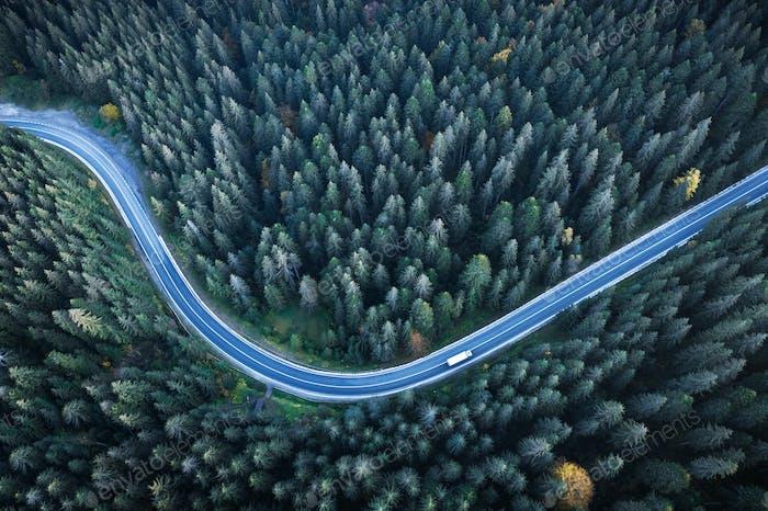 Flug über die Herbstberge mit Straße Serpentin