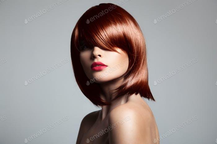Schönes rotes Haarmodell mit perfektem glänzendem Haar.