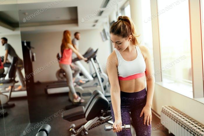 Schöne Frau Training im Fitnessstudio