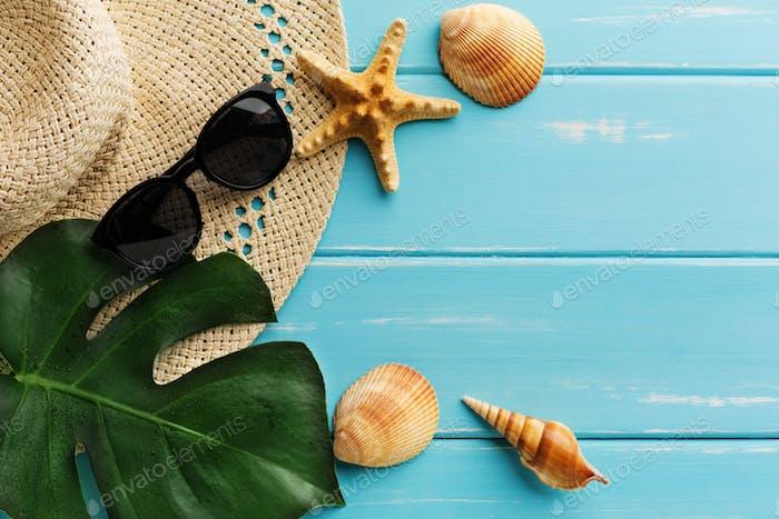 Urlaubshintergrund auf blauem Holz, Draufsicht mit Kopierraum