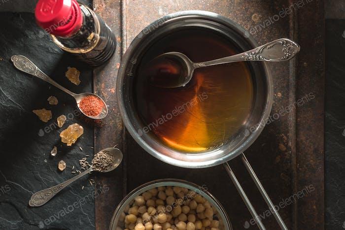 Sojasauce in einem Topf, Kichererbsen und Gewürzen Nahaufnahme
