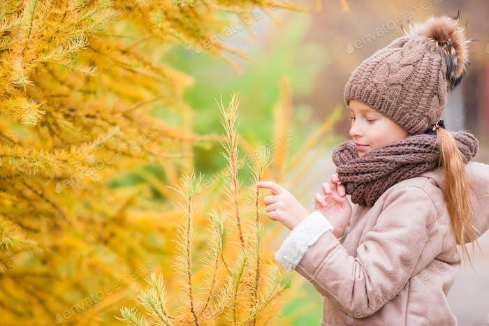 Porträt von entzückenden kleinen Mädchen mit gelben Blättern Strauß im Herbst
